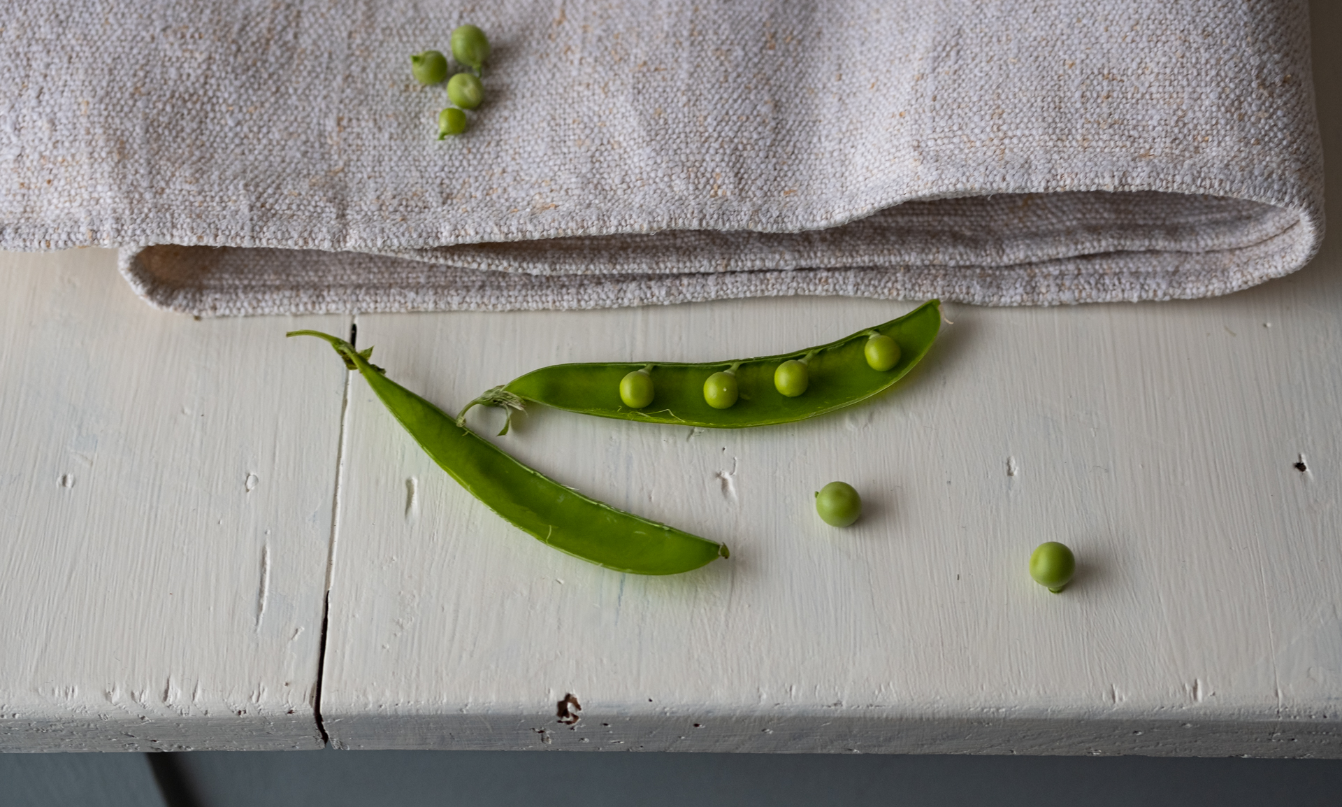pea-pod-on-the-table